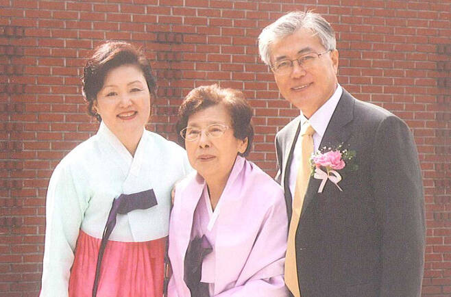 지난 2010년 3월 부산의 한 성당에서 문재인 대통령의 딸 다혜(34)씨 결혼식 때 어머니 강한옥(90ㆍ가운데)여사와 김정숙 여사 함께 찍은 기념사진.