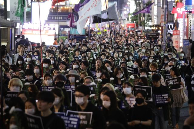 ▲ 강남역 여성 살해 사건 1주기를 추모하기 위해 참석한 이들이 마스크를 쓰고 침묵 행진을 이어갔다. ⓒ프레시안(최형락)