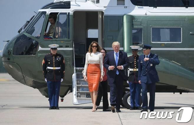 첫 해외 순방길에 오르는 트럼프 대통령 내외. © AFP=뉴스1