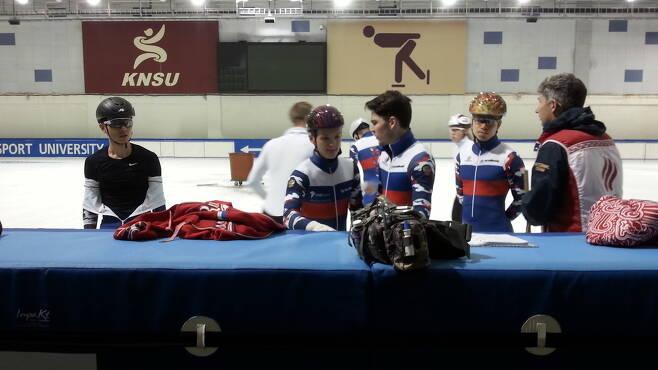 안현수(맨 왼쪽)가 10일 한국체육대 빙상장에서 훈련하던 중 동료들과 휴식을 취하고 있다.