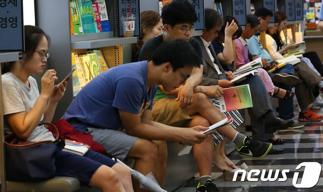 서울 종로구 영풍문고에서 시민들이 책을 읽고있다./뉴스1 © News1