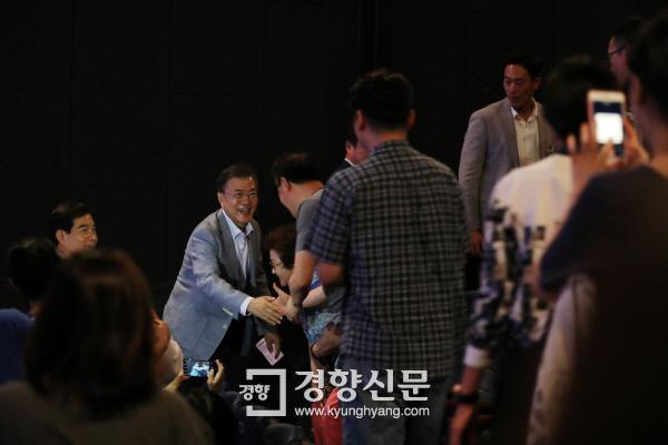 문재인 대통령이 13일 오전 용산 CGV에서 영화<택시운전사>를 관람하기 전 시민들과 인사를 나누고 있다./청와대제공