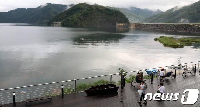 24일 강원 춘천시 소양강댐 수위가 오후 6시 기준 190.38m를 기록, 6년만에 190m 돌파하면서 홍수기 제한수위(190.3m)를 돌파했다. 소양강댐 관리단은 계획홍수위(198m)에는 다소 여유가 있어 수문을 열 계획은 없다고 밝혔다.2017.8.24/뉴스1 © News1 홍성우 기자