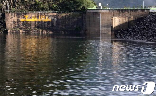 24일 강원 춘천시 소양강댐 수위가 오후 6시 기준 190.38m를 기록, 2011년 7월31일 이후 6년만에 190m 돌파하면서 홍수기 제한수위(190.3m)를 돌파했다. 소양강댐 관리단은 계획홍수위(노란선, 198m)에는 다소 여유가 있어 수문을 열 계획은 없다고 밝혔다.2017.8.24/뉴스1 © News1 홍성우 기자