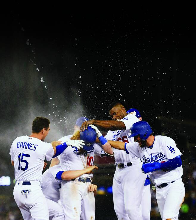 7월 27일 미네소타 트윈스와 경기에서 9회 말 저스틴 터너(가운데)가 끝내기 안타를 치자 승리를 자축하는 LA 다저스 선수들.[스포츠 동아]