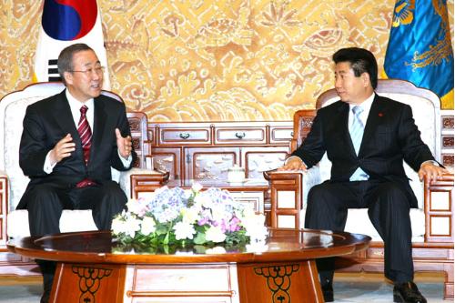 노무현 대통령이 2006년 12월 26일 청와대에서 반기문 유엔 사무총장과 환담을 나누고 있다. 사진=청와대 제공