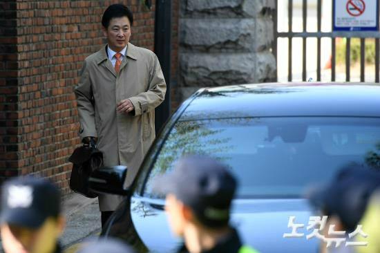 박근혜 전 대통령의 변호를 맡은 유영하 변호사가 15일 오후 서울 강남구 삼성동 박 전 대통령 자택에서 나오고 있다. (사진=박종민 기자)