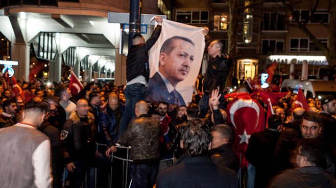 네덜란드가 개헌 지지집회를 열기 위해 네덜란드를 방문하려는 터키 외교장관의 입국을 막자 로테르탐의 거리를 점령한 터키 시위대