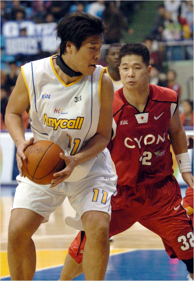 2005-06시즌 LG에서 뛰던 현주엽 감독(오른쪽)과 삼성에서 뛰던 서장훈의 대결 모습.(자료사진=KBL)