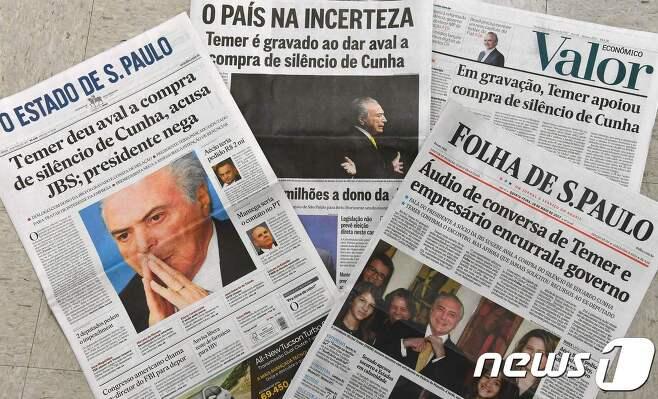 18일(현지시간) 브라질 일간지들이 일제히 미셰우 테메르 브라질 대통령의 뇌물 스캔들을 보도했다. © AFP=뉴스1