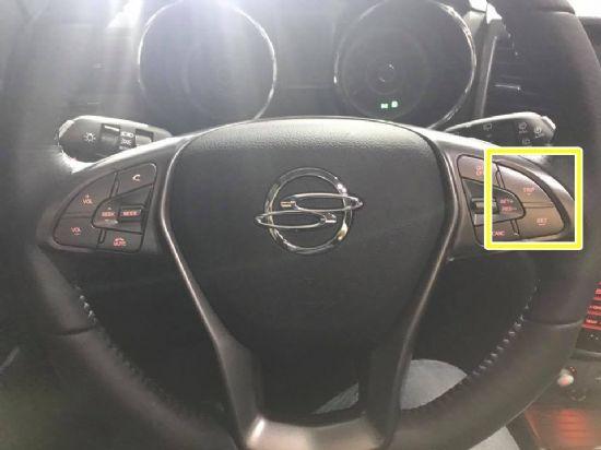 티볼리의 가장 큰 불편사항이었던 'TRIP' 버튼은 기존 센터페시아 부근에서 티볼리 아머 출시 후 스티어링 휠로 자리를 옮겼다. (노란색 네모 안) (사진=지디넷코리아)
