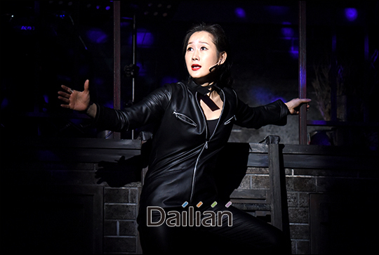 배우 배해선이 뮤지컬 '틱틱붐' 프레스콜에서 하이라이트 장면을 시연하고 있다. ⓒ 데일리안