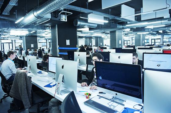 프랑스의 이동통신사 '프리모바일'의 자비에 니엘 회장이 설립한 에꼴42는 신개념 코딩 전문 학교다. 18~30세 청년은 국적에 관계없이 누구나 입학할 수 있다. [사진 에꼴42]