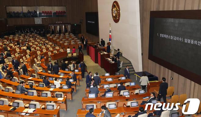 정세균 국회의장이 11일 오후 서울 여의도 국회에서 열린 본회의에서 김이수 헌법재판소장 후보자에 대한 임명동의안을 직권상정해 의원들이 무기명투표를 하고 있다. 2017.9.11/뉴스1 © News1 안은나 기자