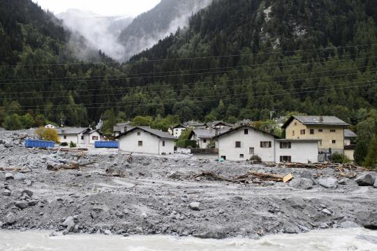 지난달 23일 산사태로 8명이 실종된 스위스 남동부 본도 마을이 흙더미 속에 파묻혀있는 모습. AP 뉴시스