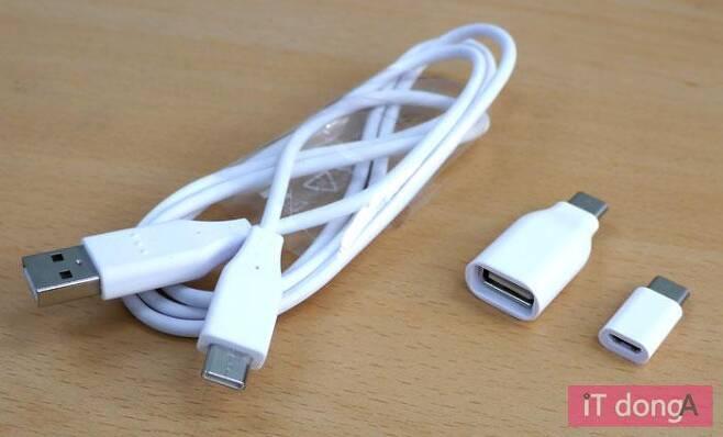 LG Q8에 동봉된 USB 타입C 변환 케이블과 젠더