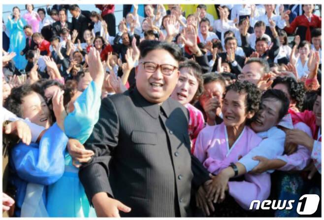 김정은 북한 노동당 위원장이 도서산간지역에 있는 학교를 찾아 교사들과 함께 사진을 찍고 격려했다고 노동신문이 12일 보도했다. 이 자리에는 최태복 노동당 중앙위원회 부위원장을 비롯한 교육 부문의 관계자들이 함께 참석했다.(노동신문) 2017.9.12/뉴스1 © News1 민경석 기자