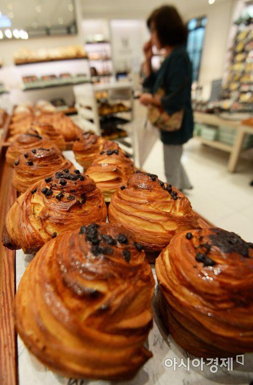 살충제 계란 파동 이후 소비자들의 불안감이 빵, 과자 등 다른 먹거리로도 확산되는 가운데 20일 서울의 한 빵집에서 소비자가 제품을 살펴보고 있다.(사진=문호남 기자 munonam@)