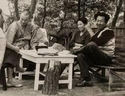 1954년초 서울 환도 이후 생활고에 시달리던 김병기 가족은 서울 정릉 청수장 계곡에 판잣집을 지어 정착했다. 그때 이웃에 화가 박고석(맨 오른쪽)과 작가 박경리(가운데)도 살고 있었다. 57년 9월 이중섭 1주기 때 정릉에서 함께한 모습으로 승려 시절의 시인 고은(왼쪽)도 보인다. 사진 박고석 유가족 제공.