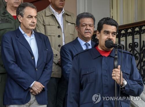 니콜라스 마두로 베네수엘라 대통령이 지난해 7월 수도 카라카스 대통령궁에서 다닐로 메디나 도미니카공화국 대통령(가운데)과 호세 루이스 로드리게스 사파테로 전 스페인 총리(왼쪽)와 만난 뒤 연설을 하고 있다.[AFP=연합뉴스 자료 사진]