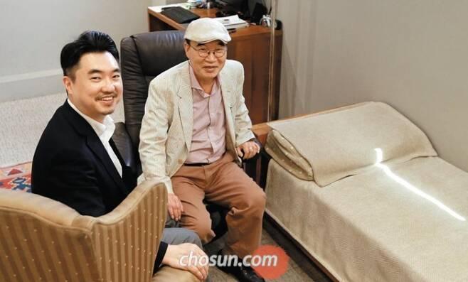 """이무석 박사와 첫째 아들 인수씨가 서울 청담동 클리닉 상담실에 함께 앉았다. 두 사람은 """"사람 마음을 읽는 작업이 때론 고되도 참 보람있다""""고 했다."""