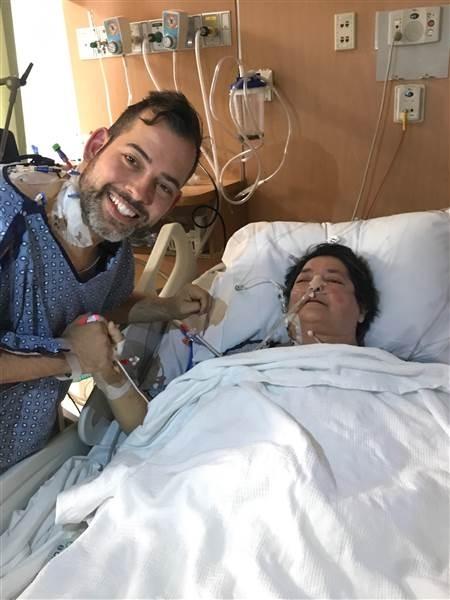 9월 6일 무사히 수술을 마친후, 브라이언이 의식을 회복중인 엄마의 손을 잡고 있다.