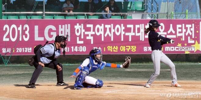 '여자야구대회' 장면. 실제로 여자야구 선수가 입는 야구복은 남자 선수의 야구복과 큰 차이가 없다. /사진제공=LG전자
