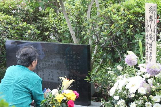 1923년 일본 도쿄를 비롯한 수도권 일대를 강타한 간토대지진 당시 학살된 조선인들을 추모하기 위한 행사가 지난 1일 도쿄 스미다구 도립 요코아미초 공원에서 열렸다. 학살된 조선인을 추도하는 비석 앞에서 한 시민이 희생자들의 명복을 빌고 있다. [도쿄=연합뉴스]