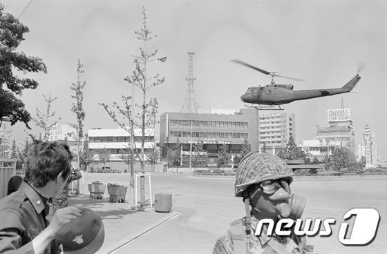 1980년 5·18 민주화운동 당시 광주 동구 금남로와 전일빌딩 주변에 헬기가 떠 있는 것을 기자들이 촬영한 사진.(5·18기념재단 제공)2017.1.12/뉴스1 © News1