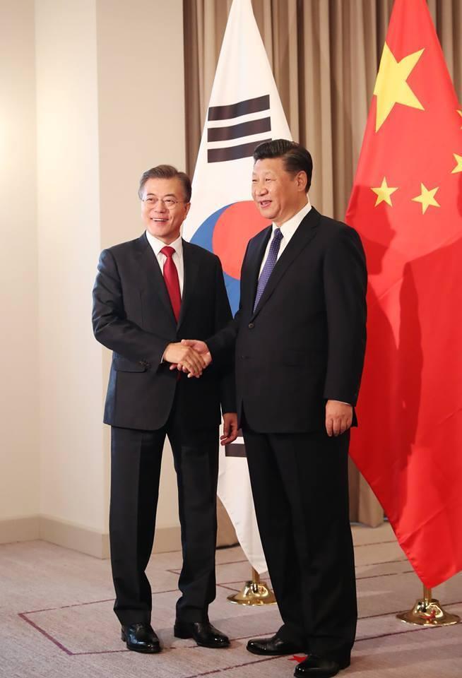 문재인 대통령과 시진핑 중국 국가주석이 지난 7월6일 오전(현지시간) 베를린 인터콘티넨탈 호텔에서 열린 한-중 정상회담에서 악수하고 있다.   청와대 페이스북 갈무리