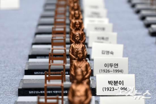 세계 일본군 위안부 기림일인 지난 8월 14일 서울 청계광장에서 정의기억재단이 주최한 '기림일, 인권과 평화로 소녀를 기억하다' 전시회에서 남·북한 위안부 피해 신고자 수에 해당하는 500개의 작은 소녀상이 전시돼 있다. (사진=박종민 기자/노컷뉴스)