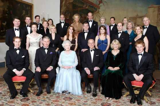 2007년, 여왕 부부의 결혼 60주년 다이아몬드 웨딩을 맞아 한자리에 모인 영국 왕실 가족. 앞줄 왼쪽부터 윌리엄 왕세손, 찰스 왕세자, 엘리자베스 2세 여왕, 필립공, 찰스왕세자 부인 카밀라 콘웰 공작 부인, 해리 왕자. [중앙포토]