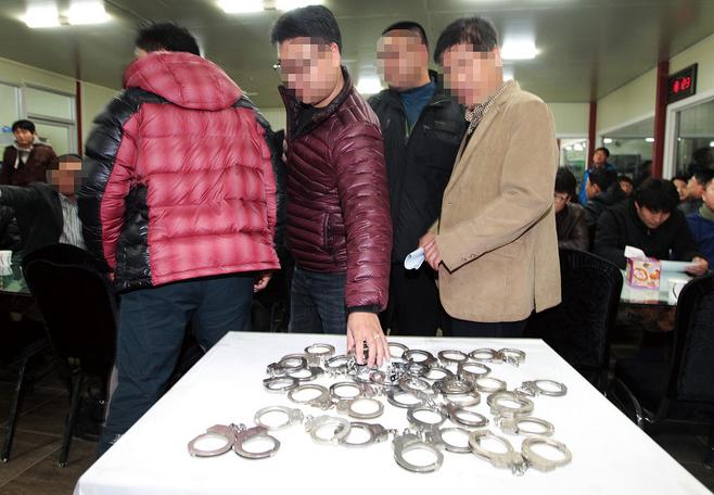 2011년 전국의 일선 경찰들이 국무총리실의 검·경 수사권 조정안에 대한 항의 표시로 수갑을 반납하고 있다. © 사진=연합뉴스