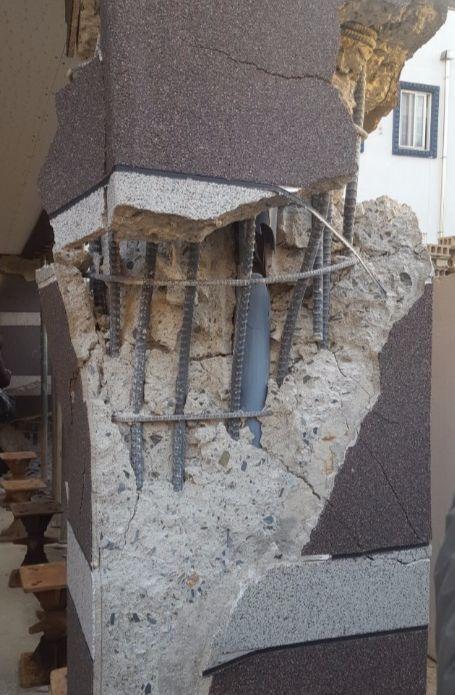 기둥이 부서져 철근이 훤히 드러나 보인다. 최은경 기자