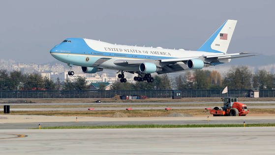 도널드 트럼프 대통령 내외가 7일 경기 오산공군기지에 전용기 에어포스원으로 도착 하고 있다. 연합뉴스