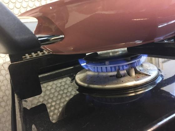 시즈닝을 할 때는 약한 불에서 시작해야 기름이 빨리 타지 않는다.