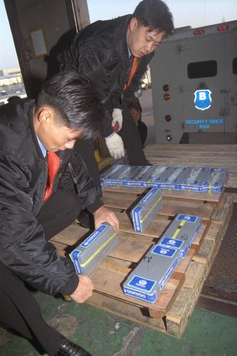 1998년 1월14일 외환위기 당시 진행된 '금모으기 운동'으로 수집된 5000만 달러의 금이 유럽에 첫 수출됐다. 사진은 이 날 운수업체 직원들이 김포공항 화물청사에서 금괴를 포장하고 있는 모습. [중앙포토]
