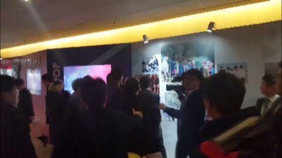 한국의 사진기자가 14일 오전 베이징 국가회의 중심 B홀에서 열린 문재인 대통령 '한·중 경제·무역 파트너십 개막식'에서 중국측 경호원에게 일방적으로 폭행 당해 장내 분위기가 어수선하다. 베이징 = 청와대사진기자단