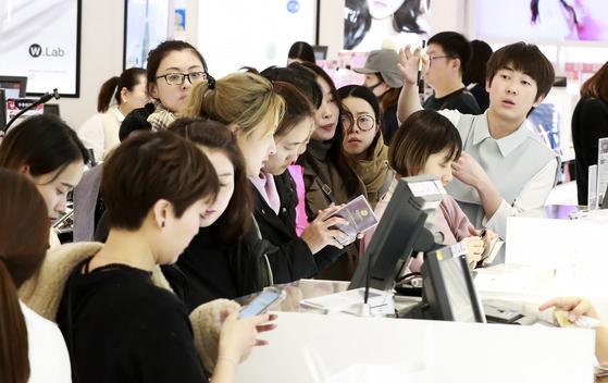 중국 정부의 한국행 단체관광이 일부 허용된 가운데 관광객들이 5일 오후 서울 신세계면세점에서 쇼핑을 즐기고 있다. 임현동 기자 /20171205