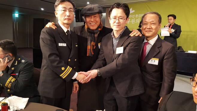 11월29일 환경재단이 개최한 '2017 세상을 밝게 만든 사람들' 시상식에서 이국종 교수와 함께.