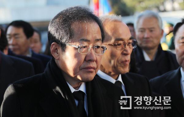 자유한국당 홍준표 대표가 지난 1일 서울 동작구 국립현충원을 참배하고 있다. 김창길 기자 cut@kyunghyang.com