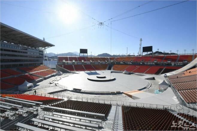 '올림픽 사상 최초의 장소' 오는 2월 9일 2018 평창동계올림픽 개회식이 열리는 강원 평창올림픽스타디움. 역대 올림픽 사상 최초의 개폐회식 행사 전용 시설이다.(이한형 기자)