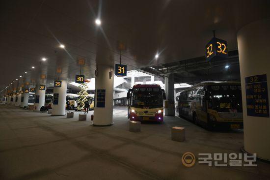 교통센터 내부에 전국 각지로 나가는 공항 리무진 버스 탑승장이 마련되어 있다.