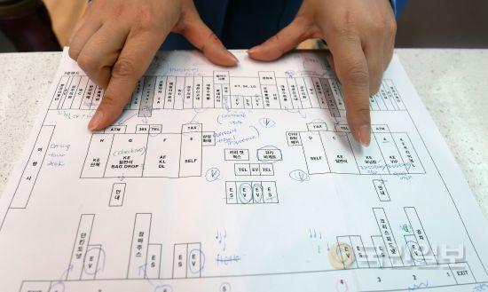 안내요원이 공항 카운터 지도를 보여주며 설명하고 있다. A부터 H까지 총 8개 카운터로 구성된 T2는 외항사가 사용하는 F 카운터를 제외하고 모두 대한항공이 사용한다.