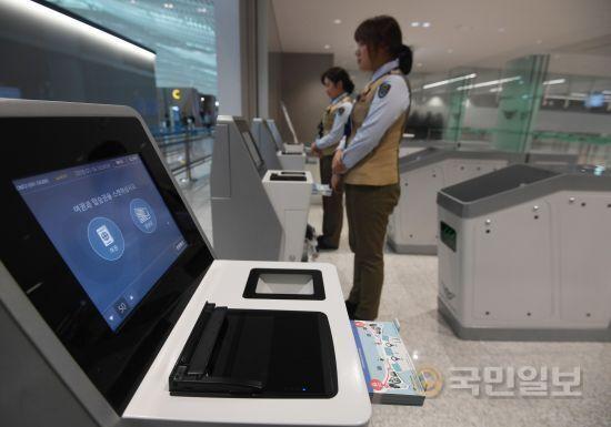 출국장에서 인천공항공사 직원들이 개장에 앞서 막바지 점검을 하고 있다.