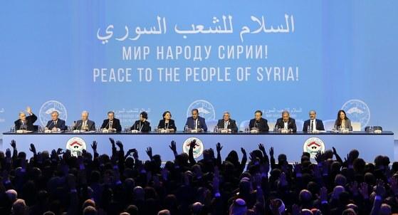 0일(현지시간) 러시아 흑해 휴양도시 소치에서 열린 '시리아국민대화회의' 모습. 시리아 내전을 종식시키기 위해 러시아가 주최한 회의로 관련국에서 약 1500명이 참석했다. [EPA=연합뉴스]