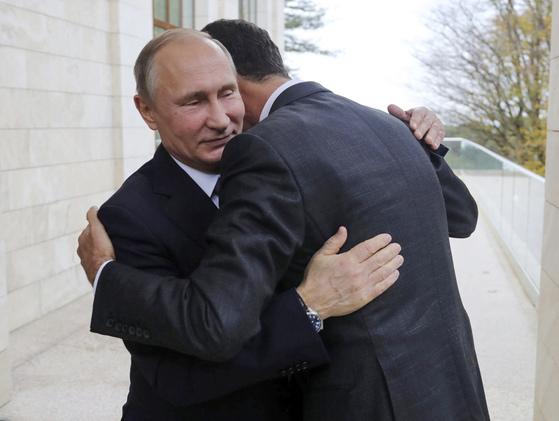 지난해 11월 러시아 소치를 깜짝 방문한 바샤르 알 아사드 시리아 대통령을 포옹하며 환대하고 있는 블라디미르 푸틴 러시아 대통령(왼쪽).[AP=연합뉴스]