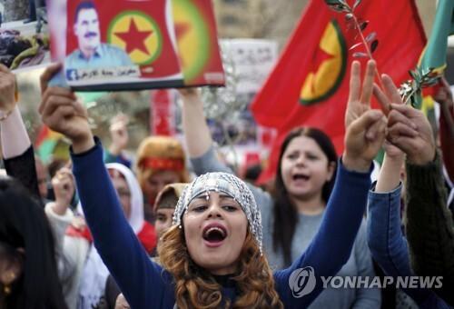 레바논, 미국 대사관 앞에서 시위하는 쿠르드족[AP=연합뉴스 자료사진]