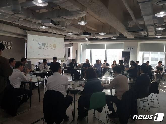 13일 서울 역삼동 'D2 스타트업'에서 열린 인터넷 규제혁신 토론회에 참석한 인터넷업계 대표들과 유영민 장관이 토론에 나서고 있다. © News1
