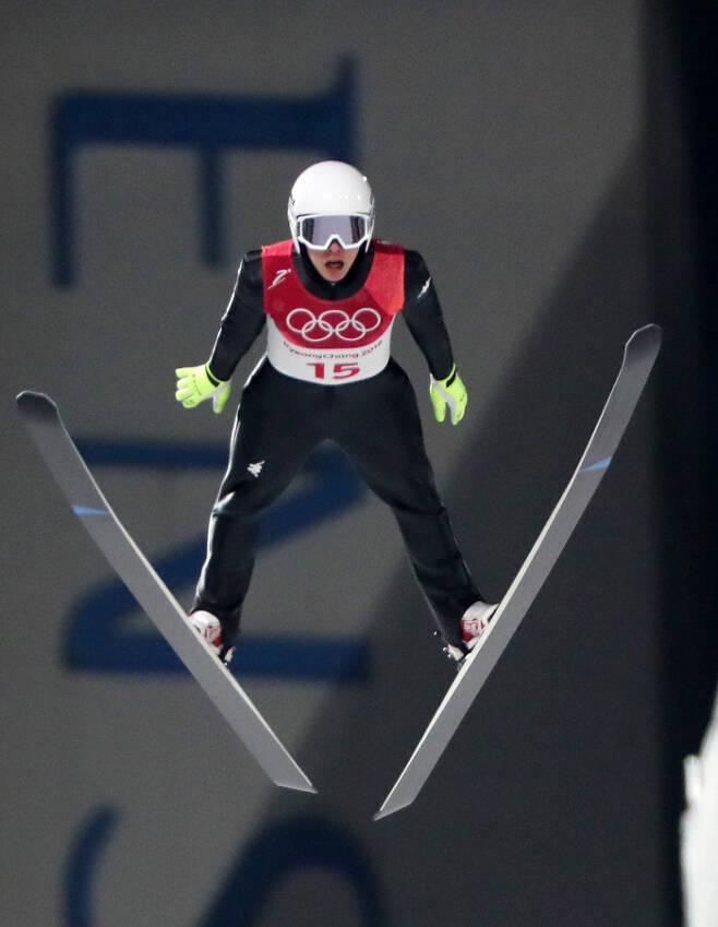지난 8일 평창 알펜시아 스키점핑센터에서 열린 2018 평창동계올림픽 스키점프 남자 노멀힐 개인전에 출전한 김현기가 힘차게 날아오르고 있다. 평창 | 연합뉴스